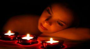 Nyala Lilin yang Menerangi Wanita Itu di Kala Malam